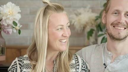 – Vi har invitert sju ulike par til å svare på en bunke ukjente spørsmål. Du vil møte ett par i hver episode – og du vil møte par i ulik alder og med ulik bakgrunn, sier prosjektleder Kjersti Brokhaug i NRK.