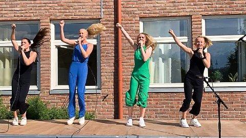 OVERRASKELSE: MPGjr-vinnerne 4everU gikk på scenen og underholdt 7. klasse som hadde avslutning på Enger skole i Åmot.