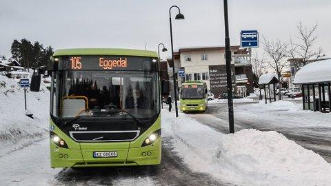 BUSS OG KORONA: Sigdal kommune krever at det umiddelbart blir satt opp flere busser for å hindre at elever sitter for tett slik at de ikke får holdt god smittevernavstand. Også bussen til Åmot med elever på videregående er overfylt.