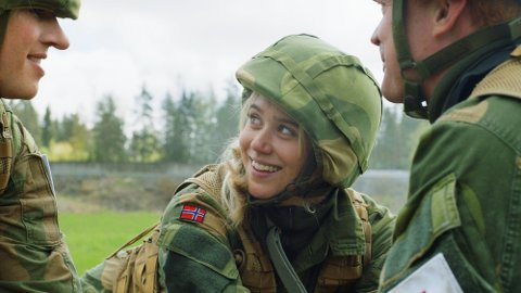 FØRSTEGANGSTJENESTEN: Josefine Frida spiller rollen som Aurora i sesong to av «Førstegangstjenesten». Foto: NRK