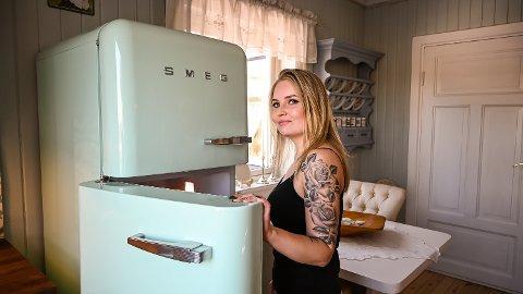 STIL: Da Karoline Heia pusset opp kjøkkenet, måtte det nye kjøleskapet passe i den gamle stilen – og fargene.