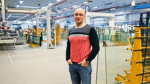 TRENGER FLERE: Fabrikksjef Cato Ludvigsen er på jakt etter flere nye ansatte til fabrikken i Katfoss, etter et supert 2020 og nye kontrakter i vente på mange millioner kroner.