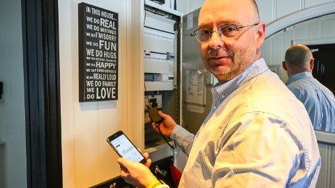 NY APP: Jørn Kristian Braathen i Kraftriket viser fram den nye appen som selskapet har lansert til sine kunder. Etter hvert kommer en ekstra «dings» i sikringsskapet ditt, som også vil gi deg kontroll på forbruket i sanntid.