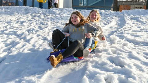 AKE-GLEDE: Amilie Aas (bak) og Emma Rekdal synes det er morsomt å kunne bruke fiminuttene på SMU til å ake.
