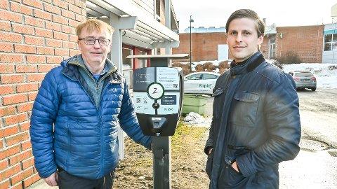 NY HVERDAG: Knut Olav Thorset (t.v.) i Modum kommune gleder seg over at Kople og Simen Lokrheim er i ferd med å få på plass nye ladestasjoner i bygda.