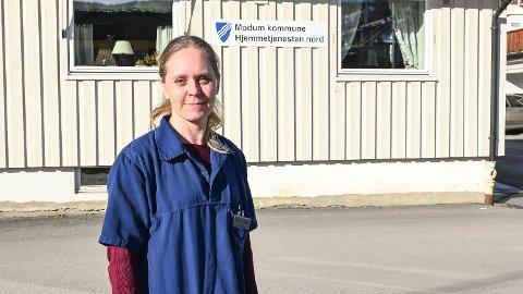 HEKTISKE DAGER: Randi Helen Eker forteller om hektiske dager for de ansatte i Helse- og sosialetaten. Selv frykter hun ikke for jobben, men poengterer at alle de ansatte i etaten trengs også i framtiden.