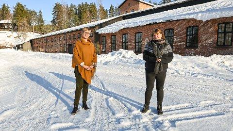 MANGE SØKNADER: Assisterende daglig leder Camilla Løchen (t.v.) og bookingansvarlig Therese Kristiansen har en stor jobb foran seg. De skal finne cirka 160 sesongarbeidere blant godet over 300 søkere.