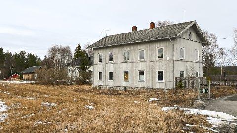 GAMMEL SKOLE: Susenlund består av de to byggene i bildet. Den største og næremste av dem, er nå lagt ut for salg.