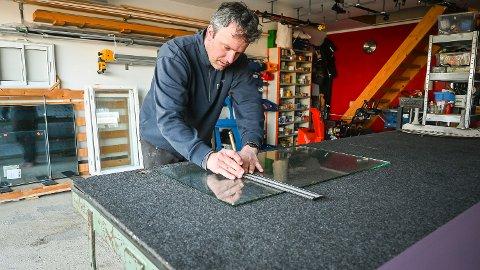 EGEN KUNST: Det er ikke nødvendigvis så vanskelig, men du skal ha det riktige håndlaget for å skjære glass på en pen og trygg måte. Per-Einar Halvorsen er en av dem som kan kunsten.
