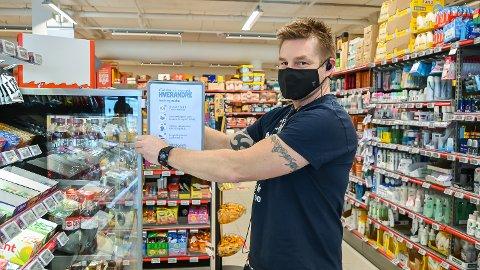 NYE KRAV: Butikksjef Espen Lund hos Extra Vikersund er godt i gang med å gjøre butikken klar for nye krav om avstand mellom kunder.