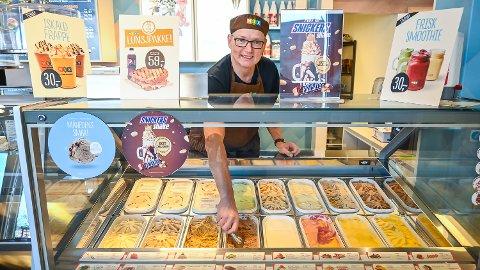 KLAR FOR IS: Roy Kalrud er klar for å servere is og mat til sultne vikersundinger og andre som kommer innom Utsikten spiseri.
