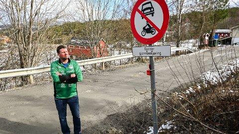 GJENNOMKJØRING FORBUDT: Til tross for at Setersbergveien er godt skiltet, er trafikken økende. Det bekymrer beboer og leder av Haugfoss IF, Tom Sem.