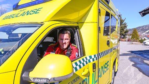 BOMHJELP: Kent Espen Sandsbråten og ambulansetjenesten i Vestre Viken etterlyser bedre kontakt med bomeiere, og mer bruk av ny teknologi for at ambulanser ikke skal hindres av stengte bommer.