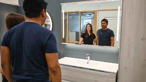 MYE Å GJØRE: Tarjei Samuelsen og Thea Rosenlund har travle dager, og sjelden tid til å se seg i speilet. Nå søker de nye ansatte til J & A Rosenlund.