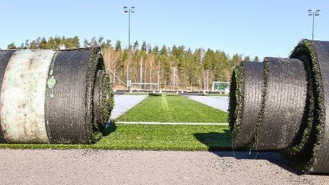 RULLES VEKK: Kunstgresset som har ligget på Åmot stadion siden 2015 rulles vekk. Problemgresset skal nå fornyes.