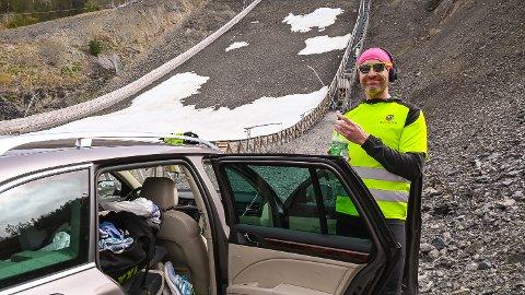 VAR FORBEREDT: Einar Hagemann hadde med seg mat og utstyr for en lang natt. Til og med en madrass var på plass i bilen i bunnen av Vikersundbakken. Men før natta seig på for alvor måtte han gi opp rekordforsøket.