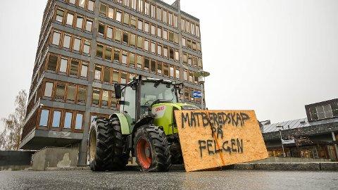 BONDEOPPRØR: Matproduksjon på felgen, står det på traktoren som bokstavelig talt er parkert på felgen utenfor rådhuset i Vikersund. Dette er ment som en liten markering i anledning dagens kommuenstyremøte.