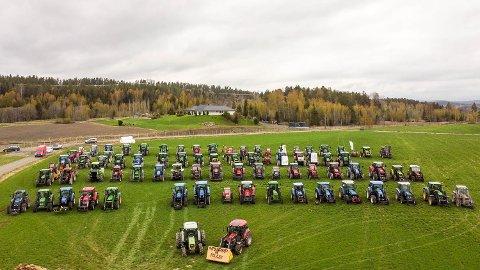 PROTEST: Lokale bønder protesterer etter brudd i jorbruksforhandlingene. Et 70-talls traktorer var samlet på Drolsum tirsdag.