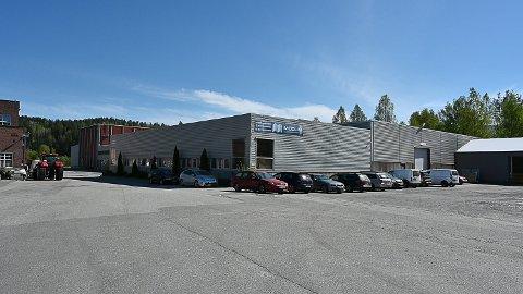 NYE EIERE: Bygget der Modum Glassindustri holder til, har fått nye eiere. Kontrakt ble signert forrige uke..