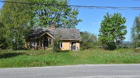 BEBYGD: Dette huset står på eiendommen i dag. Det har ifølge sakspapirene stått tomt i over 40 år og er noe forfallent. Bygget er fra 1800-tallet og registrert i SEFRAK.-registeret, men med lav verneverdi