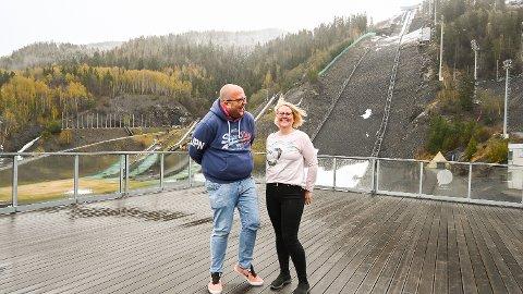 MORO: Morten Wahlmann og Kirsti Haugan Laupet inviterer til sommershow i Vikersund hoppsenter – forhåpentligvis uten snø i lufta, men med sol og varme.