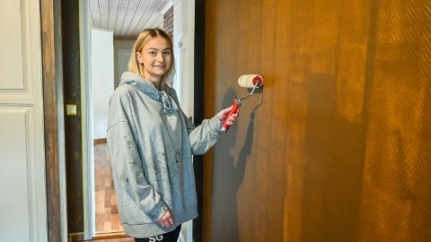 KLAR FOR MALING: Silje Grimnes har rukket å male det første strøket på det som skal bli rommet til sønnen Matheo (3 måneder). – Planen er at det med litt ulike farger skal bli et slags fjellandskap på denne veggen, sier 27-åringen.