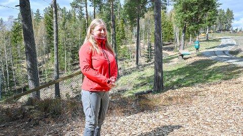 HOPP OG SPRETT: Gunhild Kopland Terum gleder seg til en ny sprettboks er på plass, omtrent der hun nå står i anlegget på Haugfoss. Dette skal bli et gratistilbud til alle som besøker Høyt & Lavt Modum.