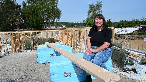 GJØR DET SELV: Veronica og samboeren Jan Vidar bygger sitt nye hus langs Tyrifjorden selv.