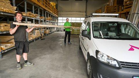 LASTER PÅ: Dag Andre Lund hos Snarum bygg hjelper Aleksander Haakensen hos Varp Entreprenør å laste materialer på takstativet på bilen.