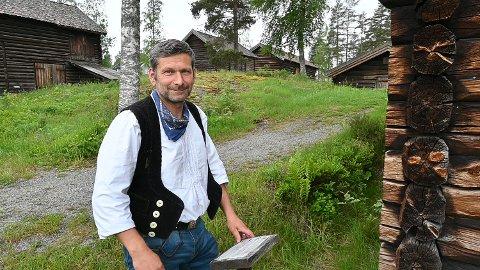 NYANSATT: Torsten Fuhrmann begynte i jobben som driftstekniker ved fem museumsavdelinger i februar. Han kommer til å bruke de tradisjonelle håndverkerklærne fra Tyskland en del når han er på jobb i sommersesongen.