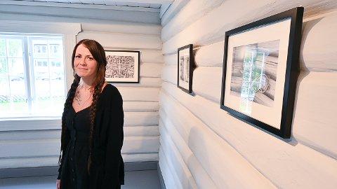 FASCINERT: Martine Solstad Larsen har funnet inspirasjon i Sigdal, blant annet ved Vatnås kirke. Hun stiller ut på Sigdal museum i sommer.