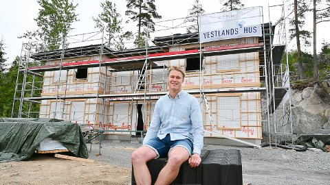 BYGGER PÅ LANDET: Sammen med Karoline Hafnor er Daniel Stusvik Haug i ferd med å bygge hus på Simostranda.  Den unge familien har valgt en herskapelig hustype.