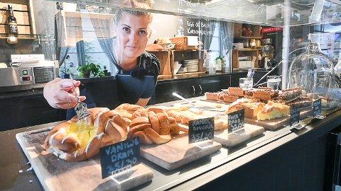 DELTAR: Mari Langeland i Kafé 1. Etg. er en av svært mange spisesteder og butikker i Modum som deltar i «Modum i 100».