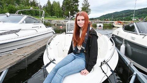 FIKK PLASS: Leah Gibhardt Steensen brukte konfirmasjonspengene på ny båt, og rett før sommeren fikk hun også tildelt denne båtplassen hos Sand båtforening.