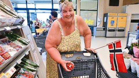 OVERBEGEISTRET: Anita Skogstad var blant de første inn i den nye butikken, og hun er svært glad for å få nærbutikken i drift igjen.