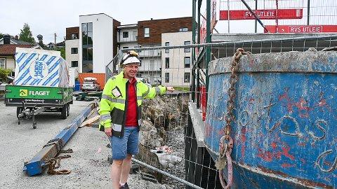 REISER SEG: Trinn 2 i Solhøi-prosjektet i Åmot er i ferd med å ta form. Reier André Sønju i Varp er fornøyd med at åtte av elleve leiligheter er solgt så langt I bakgrunnen ser vi Trinn 1.