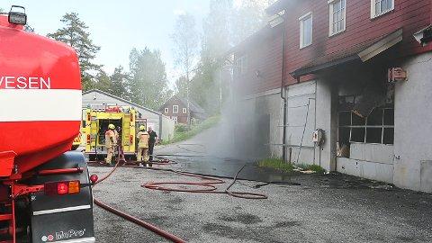 MYE RØYK: Det røyk godt ut av garasjeporten i næringsbygget i Åmotsbakken da brannvesenet kom og startet slukningsarbeidet.