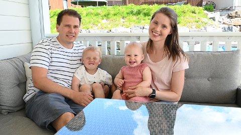 KLAR: Even Gudbrandsen og Caroline Kadager Holtmoen med barna Iver og Mathea. – Vi tror Mathea er veldig klar for barnehage, sier Caroline.