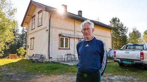 NY BOLIG: Tore Strandbråten har tatt med seg hundene og flyttet til Korsbøen. Her er det bedre plass enn det var i boligfeltet på Kleiva i Vikersund.