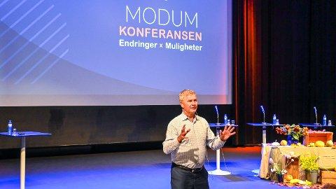 INSPIRERE: Erik Solheim mener det er viktig å inspirere til klimahandling og kom med eksempler til – nettopp – inspirasjon for lokalt næringsliv under Modumkonferansen.