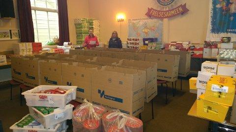 Jorunn Jevanord og Synne Davidsen Svalestad pakker matesker til jul.