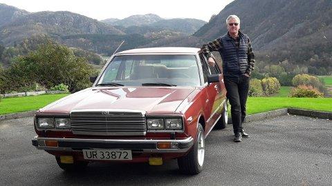 FAST FØLGESVENN: Lars Vaule sammen med veteranbilen sin av merket Datsun Laurel. Nå skal bilen få sin tid i glansen på NRK.