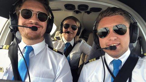 PILOT OG FLYINSTRUKTØR: Fredrik Midtbø (26) (til høyre), er utdannet pilot og jobber som flyinstruktør ved Pilot Flight Acadamy på Sandefjord Lufthavn Torp. Her er han i full gang med å lære opp to pilotstudenter. Christian Alex Normann til høyre, og Rebecca Johanessen i midten.