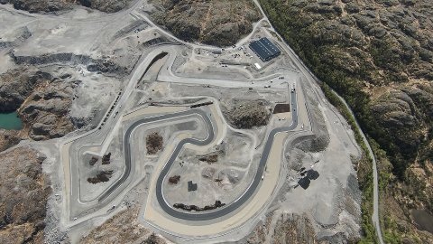 ASFALTERING PÅ GANG: Asfalteringa av asfaltracingbanen begynte i siste veke.