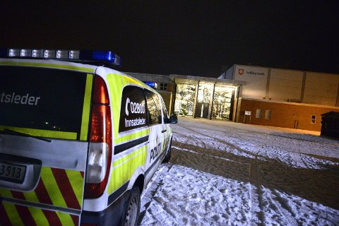 LETER: Sylling skole var letemannskapenes hovedkvarter under aksjonen natt til tirsdag. (FOTO: FREDERIK RINGNES)