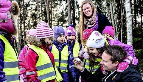 TRYGGHET: Geir Vevle viser barna i Rådyrtråkket den lille sporingsbrikken på innsiden av vestene deres. Her med barnehagestyrer Ingvild Olsen i bakgrunnen. FOTO: SVEN-ERIK RØED