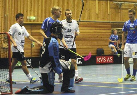 TUNGT: Keeper Mathias Warem Soini, Fredrik Ullern og Didrik Grøstad skar grimaser etter at gjestene fra Gjelleråsen scoret nok et mål i kampen i Solberghallen.  (FOTO: JERMUND BERG)