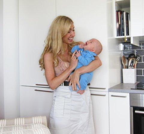 Helmer og mamma Marianne Gjerstad Hørven i koselig samspill. Mammabloggeren har delt mange historier fra hverdagen med bloggleserne.