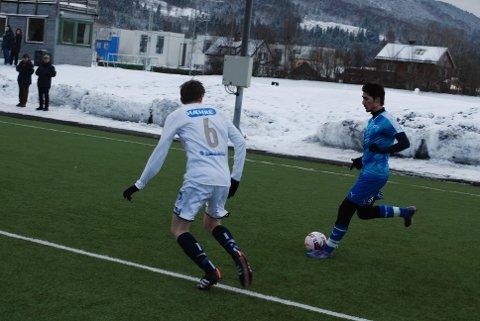 DEBUTERTE: Hassan Karagôz utfordrer MFK-spiller.