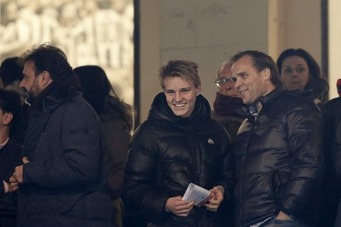 TILBAKE TIL GODSET: Pappa Ødegaard, Hans Erik, har signert som spillerutvikler for Strømsgodsets G16-lag. Her med sønnen Martin på besøk hos Real Madrid i 2015. FOTO: AP